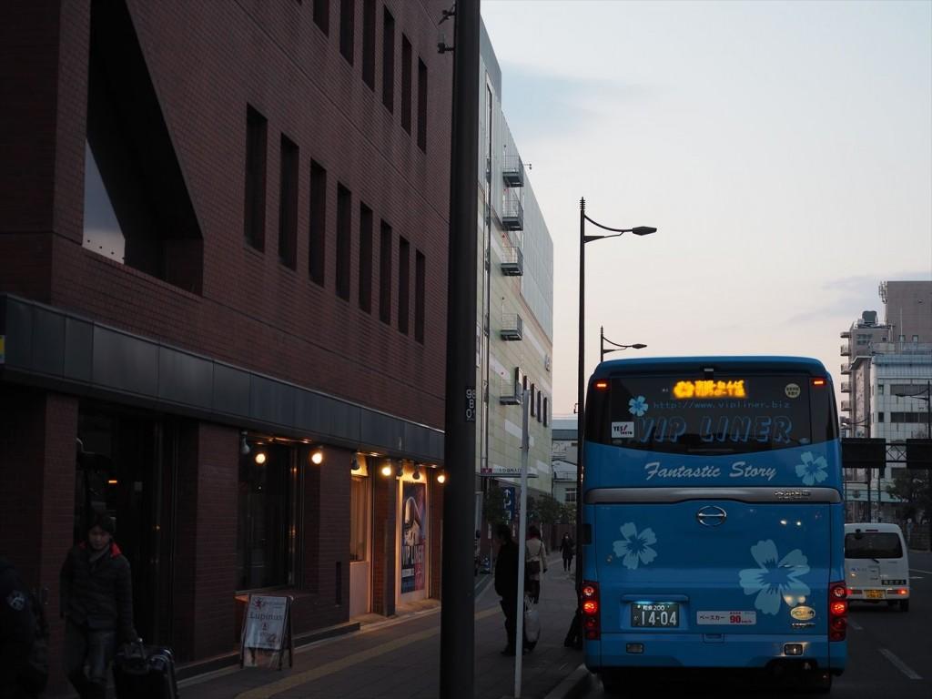午前6時半の京都駅南口にバス到着