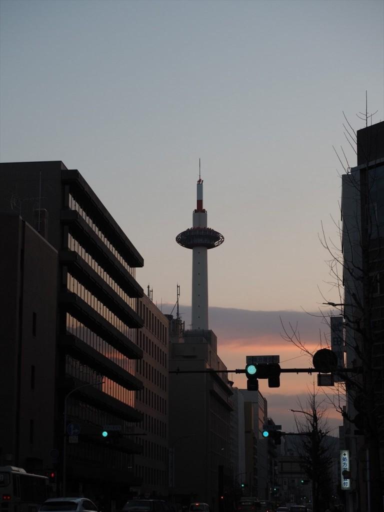 早朝で朝焼けの京都タワー
