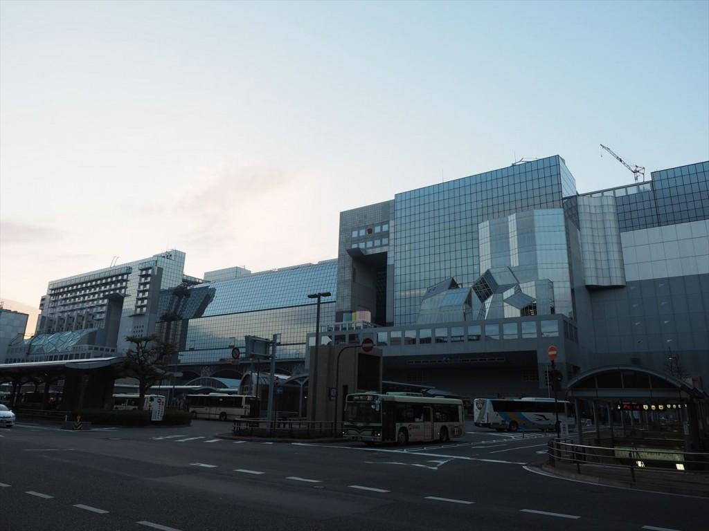 早朝で朝焼けの京都駅北口