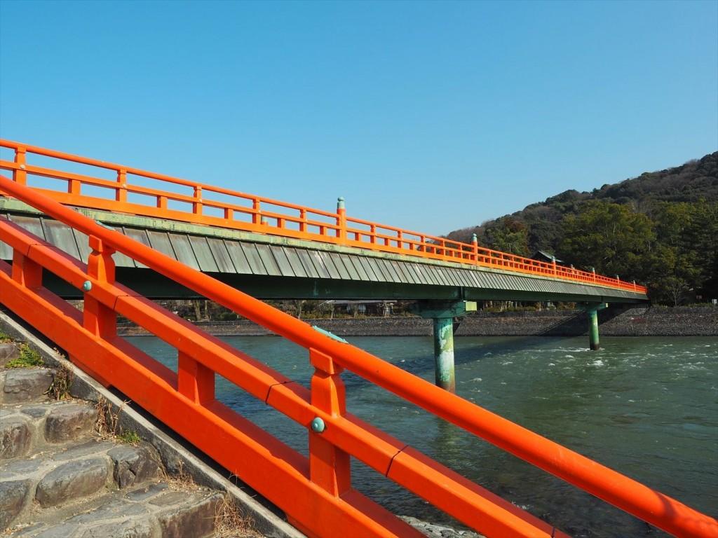 宇治川にかかる朱い橋