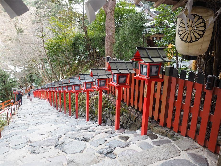 貴船神社の階段上から