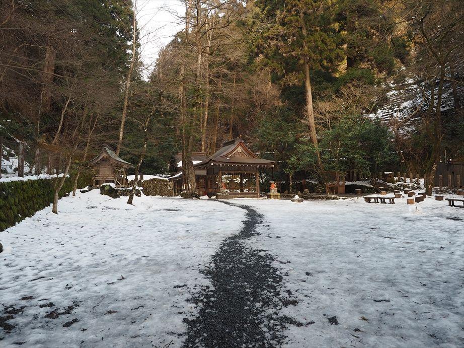 雪の残る奥宮、拝門と本殿