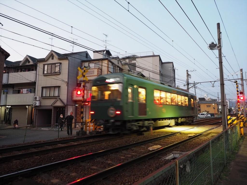 茶山駅を走る叡山電車