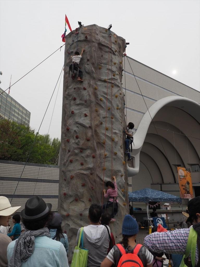 子どもが登るクライミングウォール