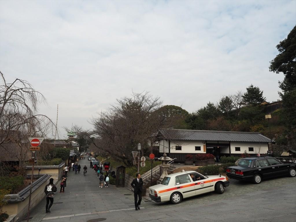 ここをまっすぐ進んで八坂神社へ