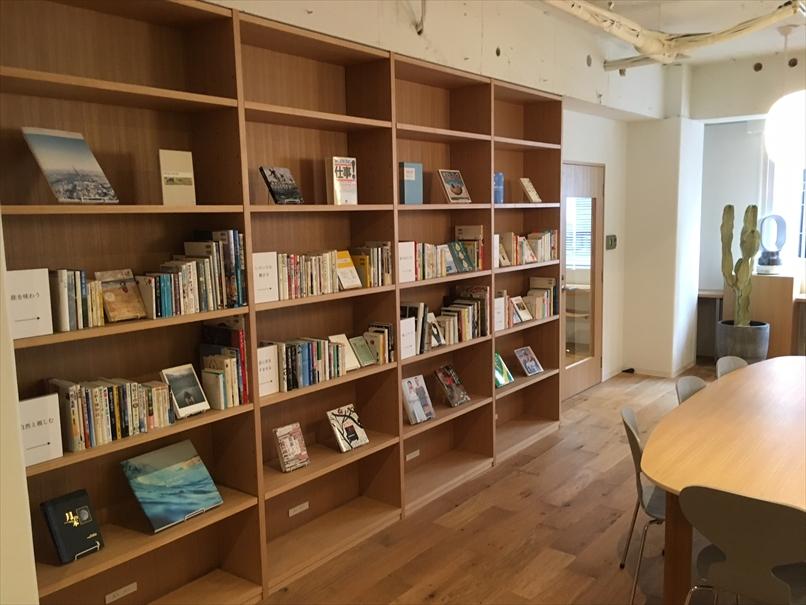 フュージョンの内装と本棚