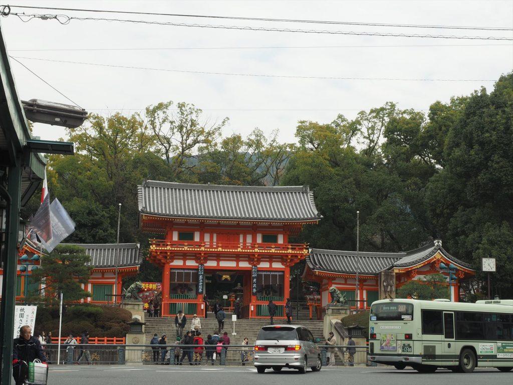 少し離れて見た八坂神社