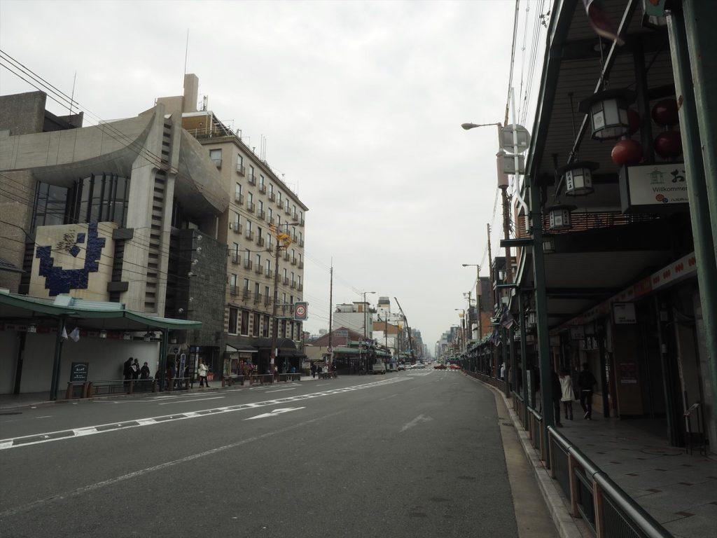 八坂神社から四条通りを西へ
