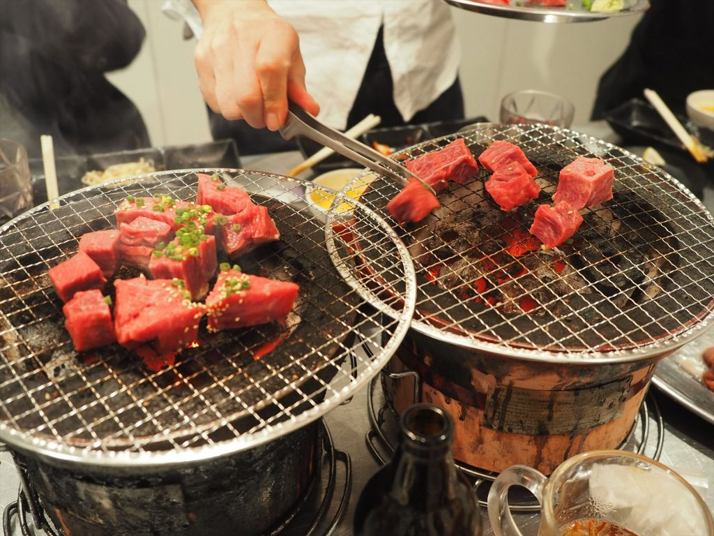 ステーキを炭火で炙る