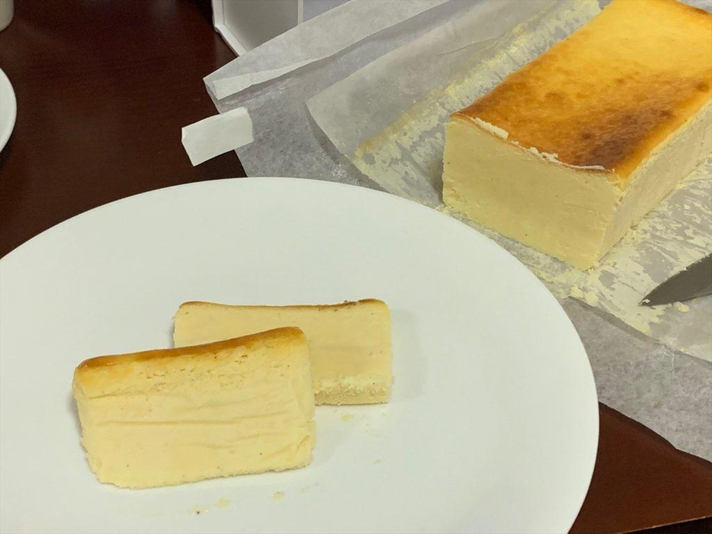 ミスターチーズケーキをカット