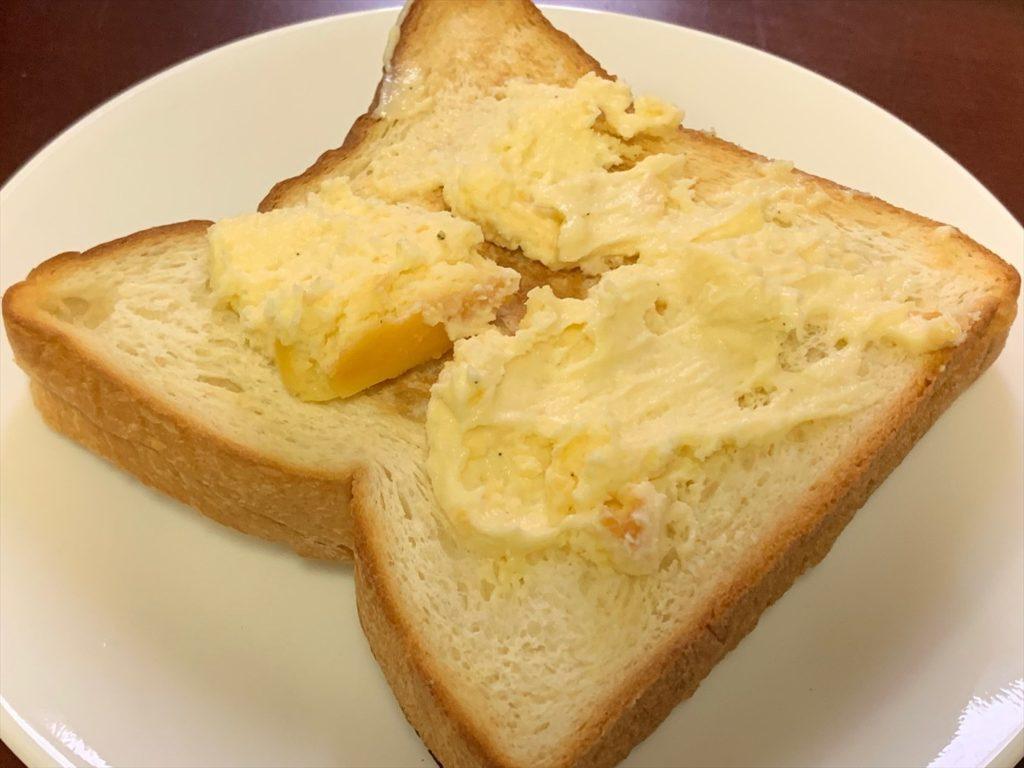 ミスターチーズケーキをパンに塗る